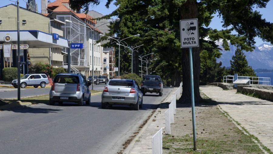 En la Costanera, Vialidad colocó un cartel de radar pero no existe. (Archivo)