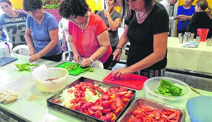 Pomarola. Todo el colorido de la salsa en manos de las participantes del taller