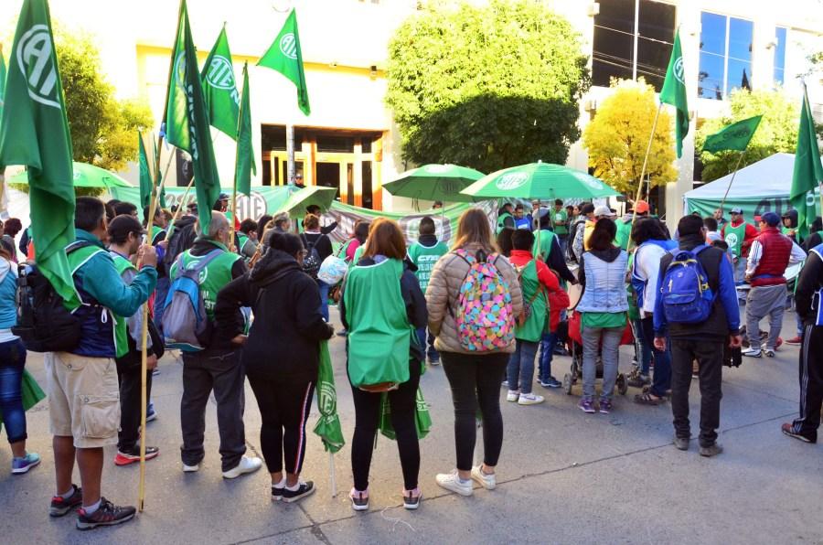 Trabajadores identificados con ATE concentran frente a la Legislatura rionegrina. (Foto: Marcelo Ochoa)