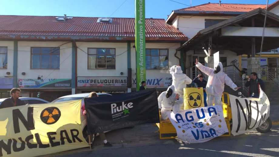 Los ambientalistas reclamaron frente al Centro Administrativo Provincial en Onelli 1450. Foto: gentileza