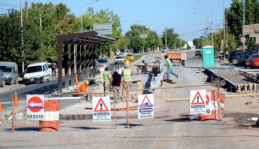 Las obras del Metrobús recolectan quejas por dificultades para el tránsito. (Foto: Mauro Pérez.-)