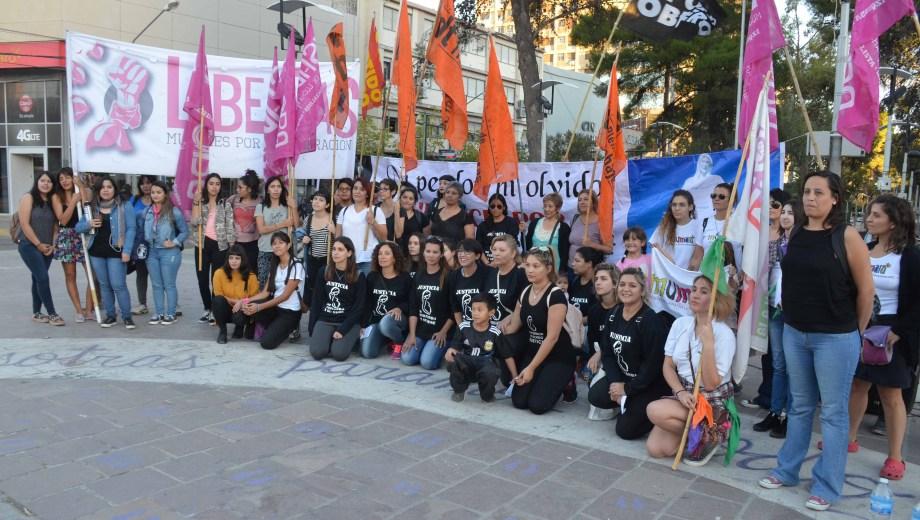 La concentración de manifestantes en el monumento. Foto: Yamil Regules