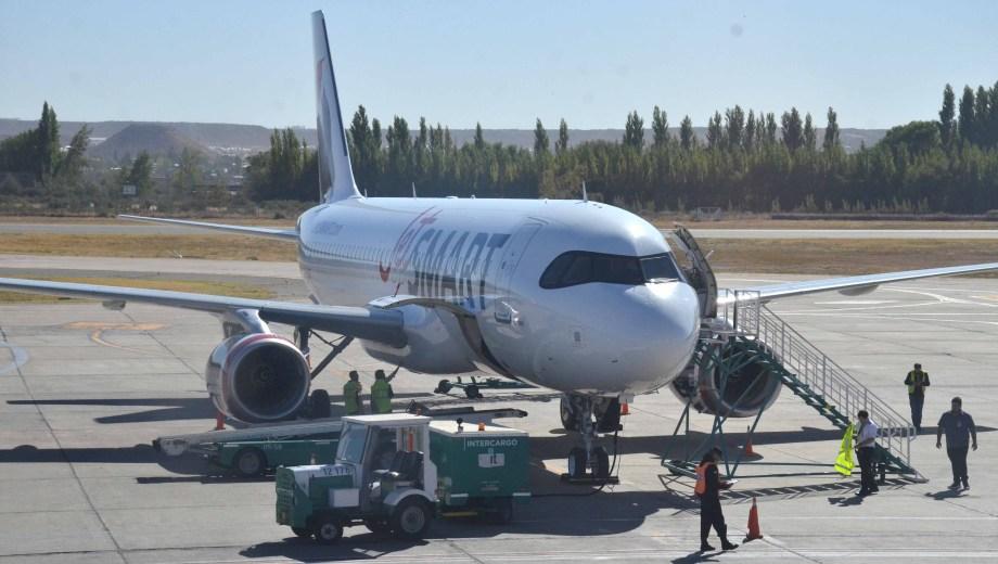 La aerolínea inauguró ayer su primer vuelo Buenos Aires - Neuquén. (Yamil Regules).-