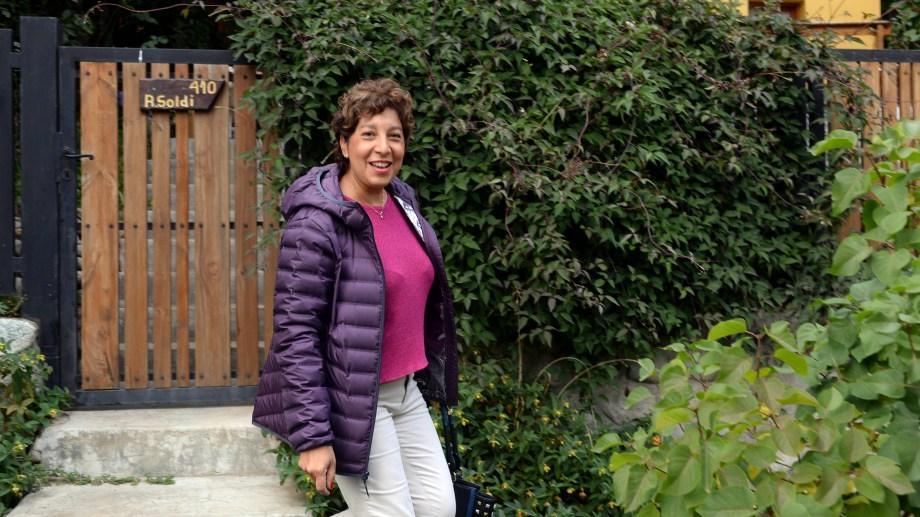 Arabela Carreras ayer cuando se retiraba de su casa en Bariloche para ir a votar. (Foto: Alfredo Leiva)