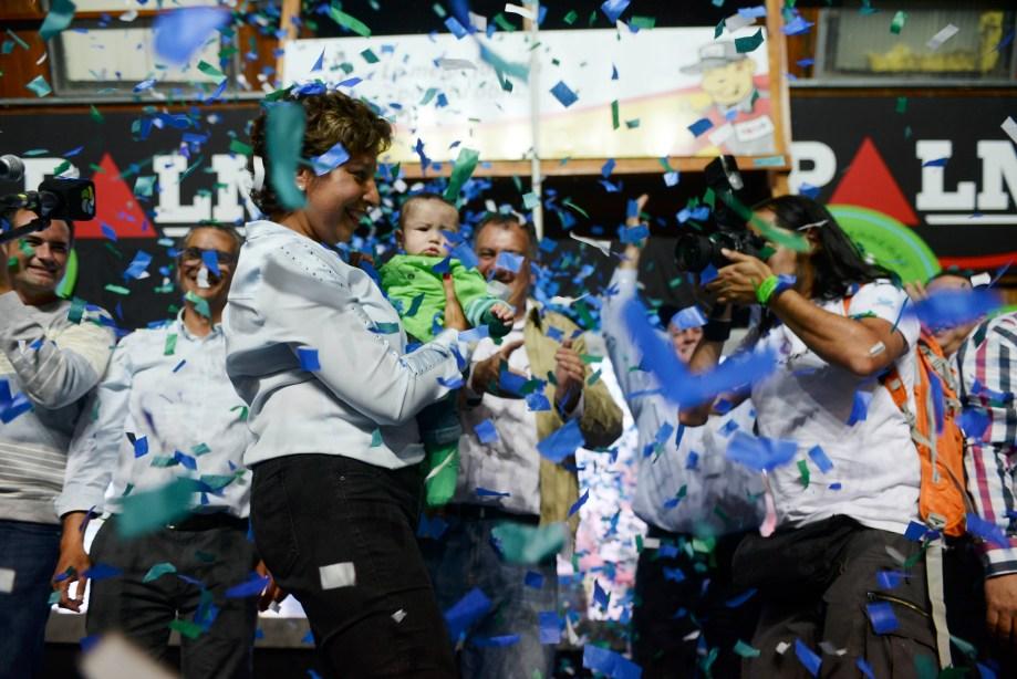 Arabela Carreras, gobernadora electa, toma en brazos un bebé. (Foto: Alfredo Leiva)