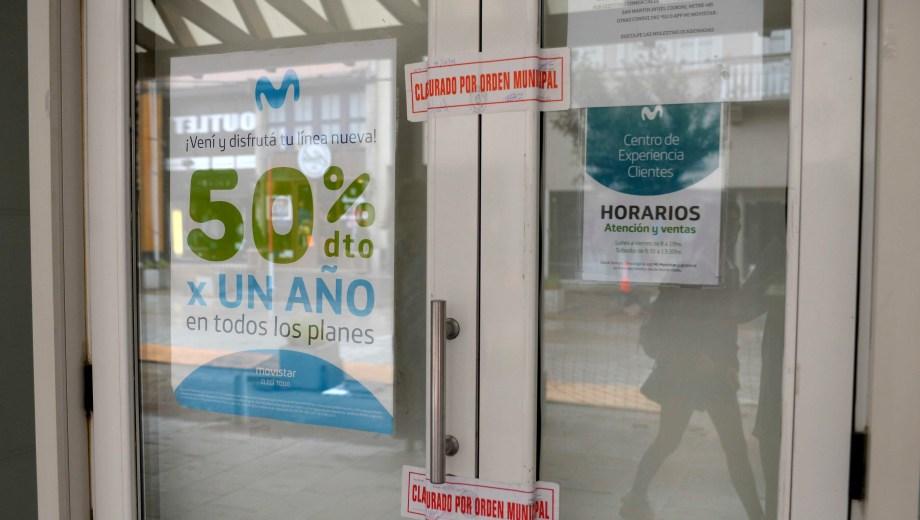 Las fajas de clausura continúan en el local de Movistar de calle Mitre. (Foto: A. Leiva)