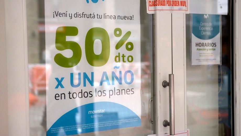 La municipalidad de Bariloche clausuró un local comercial de Telefónica en pleno centro. (Foto: Alfredo Leiva)