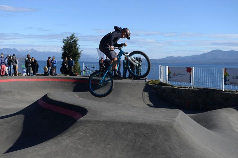 Riders de Bariloche realizaron los primeros saltos en el pump track. (Foto: Alfredo Leiva)