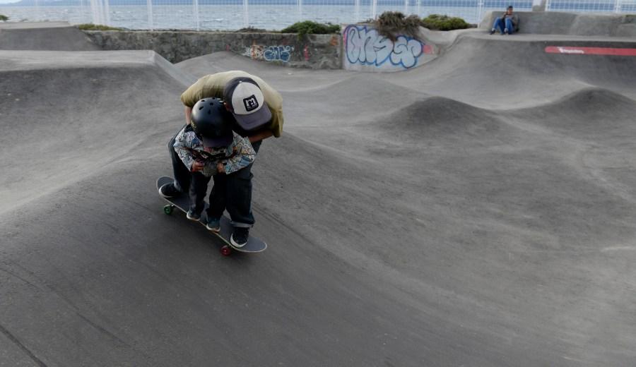 Niños y padres juntos en el pump track de Bariloche. (Alfredo Leiva)