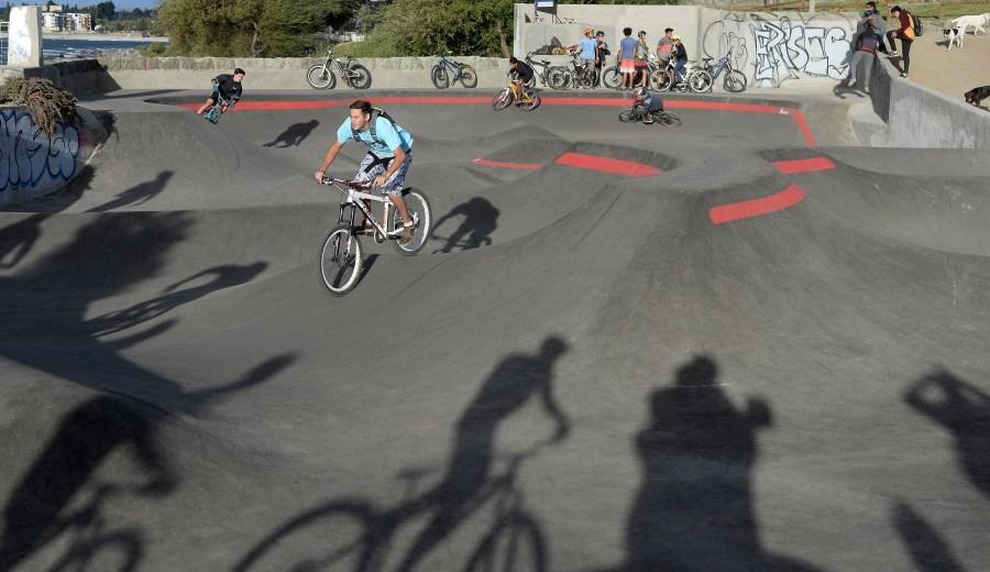 Ciclistas se deslizan en la pista del pump track. (Foto: Alfredo Leiva)