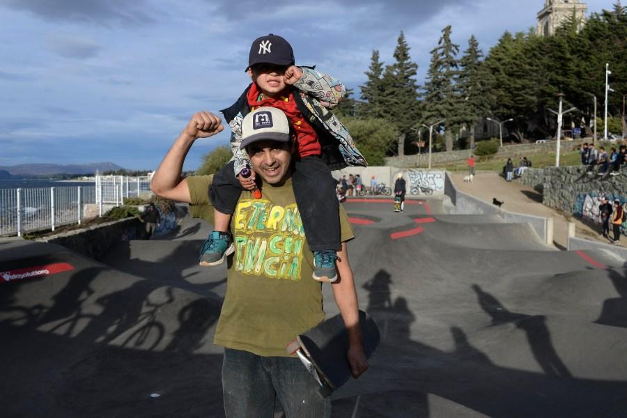 Padres y niños juntos en el pump track. (Foto: Alfredo Leiva)