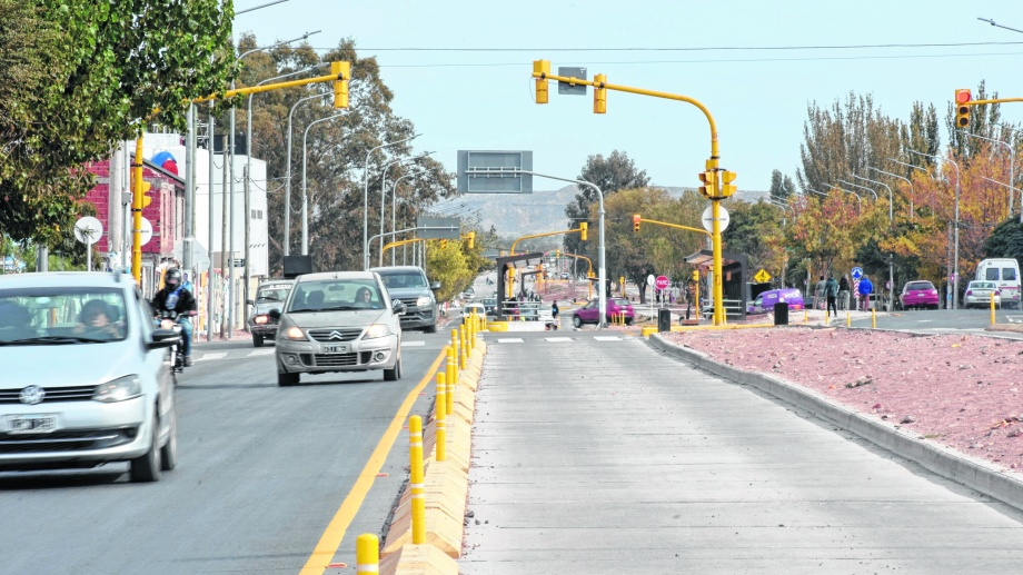 """La obra mejoró el flujo vehicular de algunos ramales de colectivos pero trajo """"daños colaterales"""" que el municipio intenta aliviar. (Foto: Florencia Salto)"""