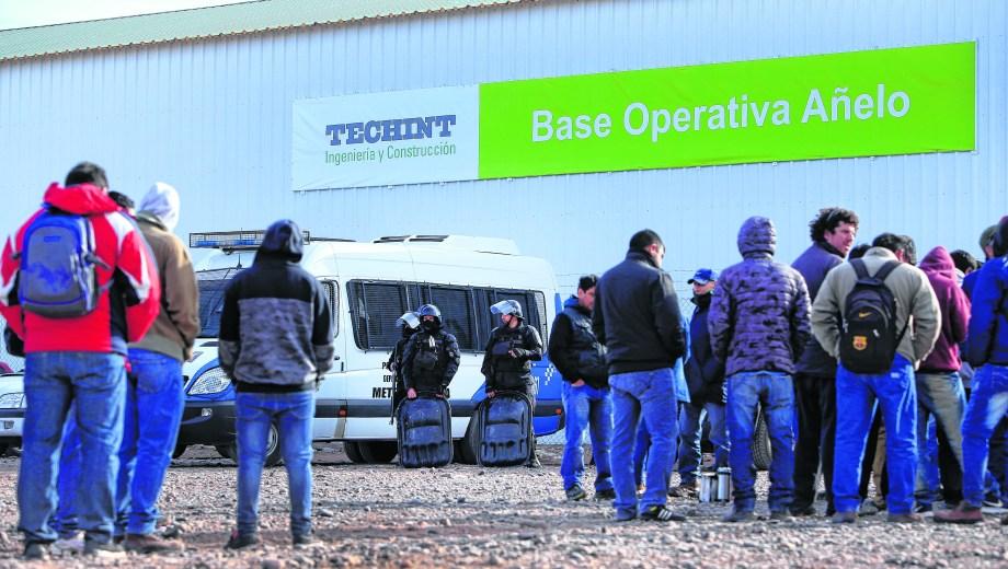Tecpetrol llegó a emplear a 4.500 obreros de Uocra para su construcción. Hoy tiene poco más de 500 en actividad y muchos no han encontrado otra fuente laboral. (Foto: Archivo)