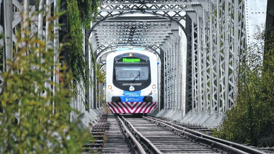 El tren de pasajeros no pudo funcionar porque un camión chocó el puente de la Ruta 151. (Archivo).-