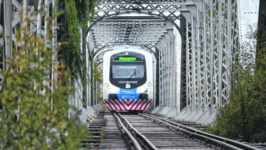 El tren de pasajeros dejó de funcionar porque un camión chocó el puente de la Ruta 151. (Archivo).-