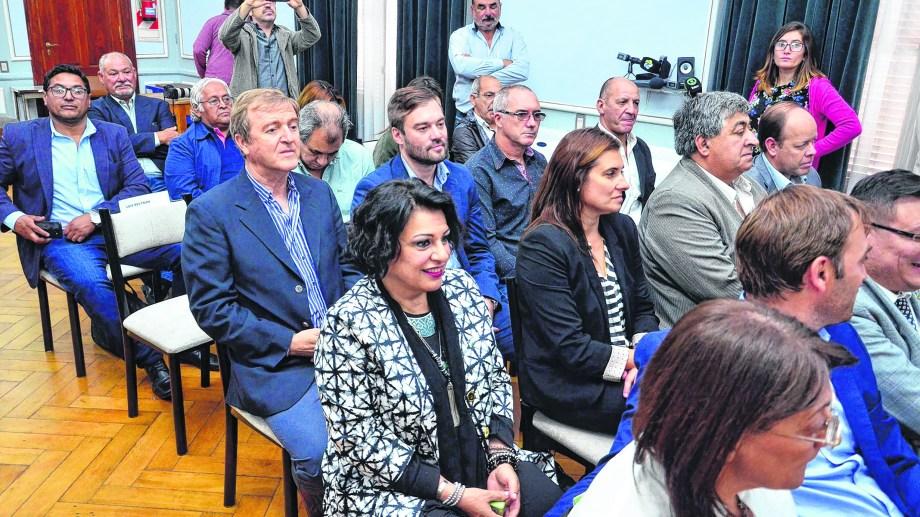 Los 13 jefes comunales que firmaron el convenio en Viedma. Roca y Beltrán quedaron pendientes.