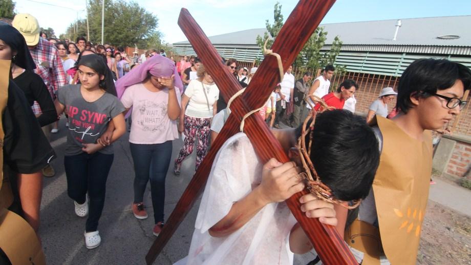 Las demostraciones de fe de las iglesias del oeste de la ciudad cuentan con mucha participación de los jóvenes como ocurrió el año pasado. Foto Oscar Livera