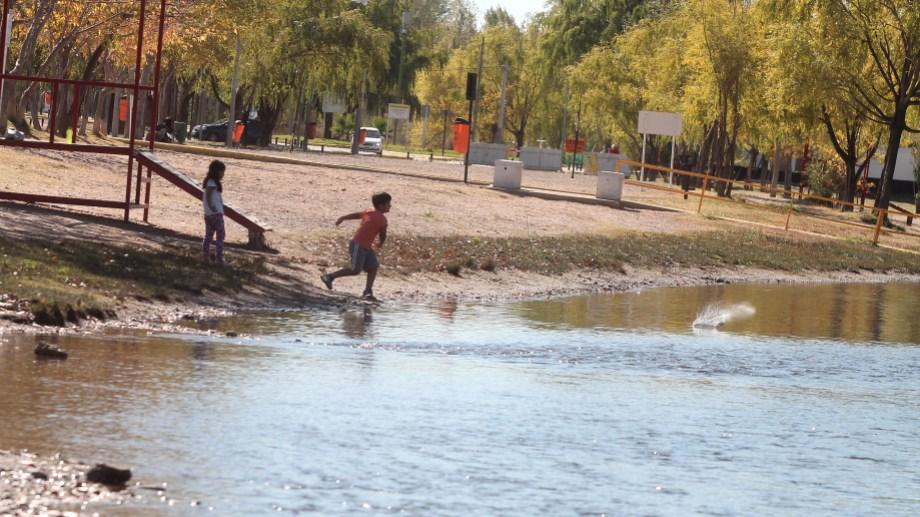 El domingo se habilitó la temporada de verano en la ciudad de Neuquén. Foto Oscar Livera