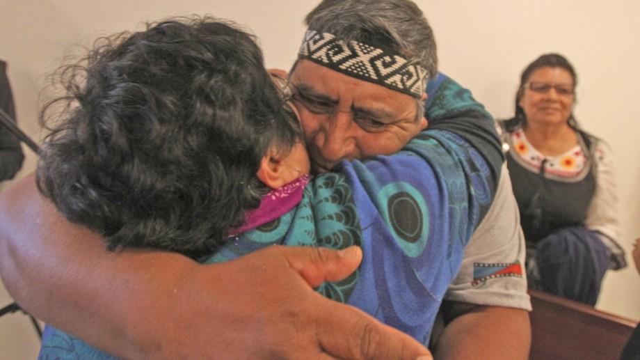 Albino Campos se abraza con su familiar tras conocerse el fallo. Foto Juan Thomes