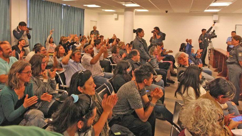 El juez de garantías Gustavo Ravizzoli absolvió de la acusación penal a seis integrantes de la comunidad. Foto: Juan Thomes.