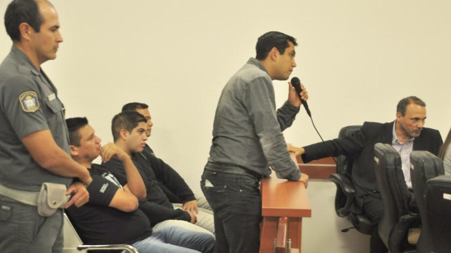 En orden de aparición los policías son Luis Canales -contra la pared-, Sixto Mesa Vitale, Jorge Sevilla y Julio Sandoval -con el micrófono en la mano-. (Foto: Juan Thomes.-)