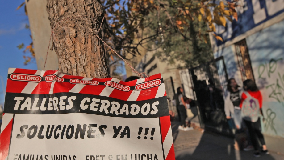 Alumnos, padres y docentes hicieron numerosas protestas por la finalización de las obras en los talleres de la EPET 8. Foto: Juan Thomes.