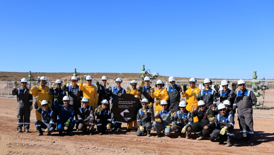 Con sus respectivos colores. Los operarios y referentes de las dos petroleras celebraron ayer el inicio de los trabajos.  (Foto: Gentileza)