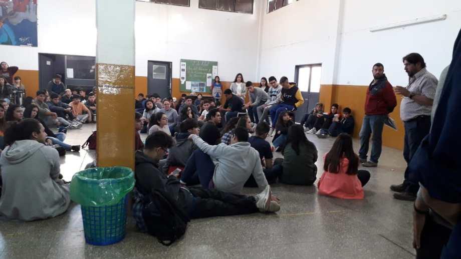 Los estudiantes de la EPET 3 organizaron una sentada. (Gentileza).-