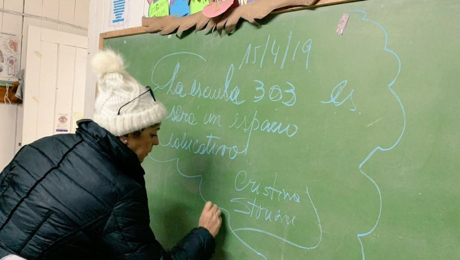 La ministra de Educación neuquina deja un mensaje en el pizarrón de la escuela de Isla Victoria. (Gentileza)