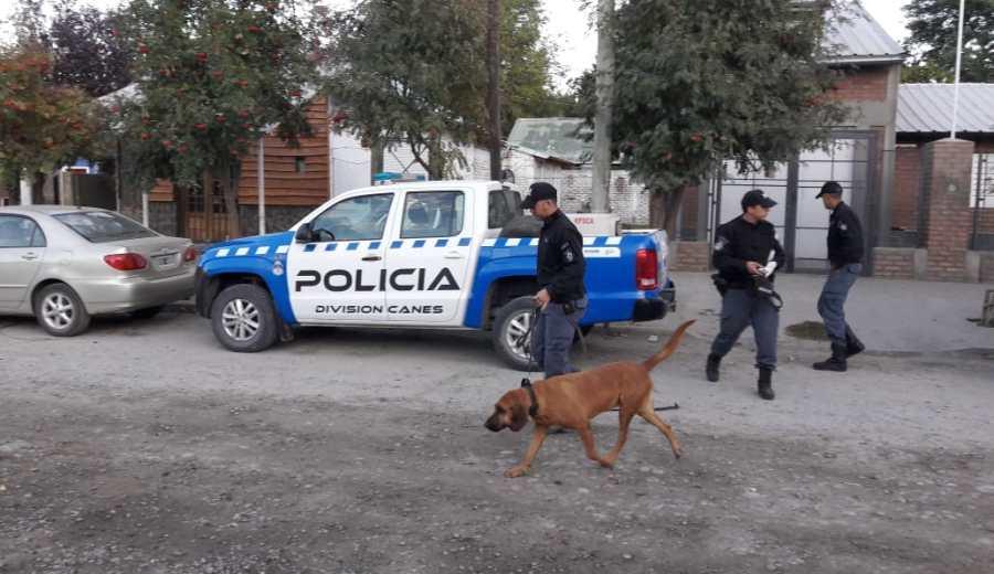 La policía desplegó a los perros de la división Canes para buscar al hombre. (Foto: Gentileza.-)