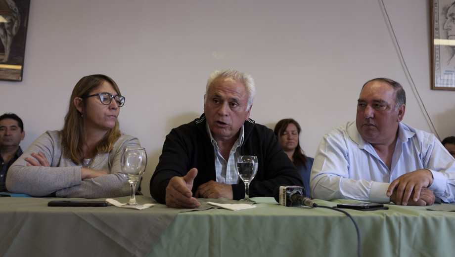 El secretario general de los gastronòmicos de Bariloche, Nelson Rasini, (derecha) y Ovidio Zùñiga fueron a la reunión paritaria con la Feghra. (Archivo)