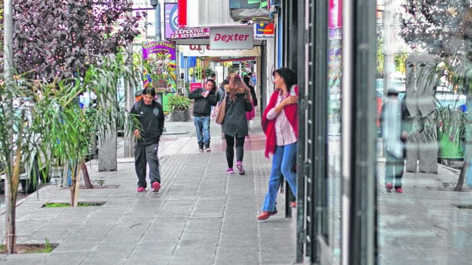 Los controles municipales incluyen mayoristas y comercios de barrios. Foto Archivo: Juan Thomes.