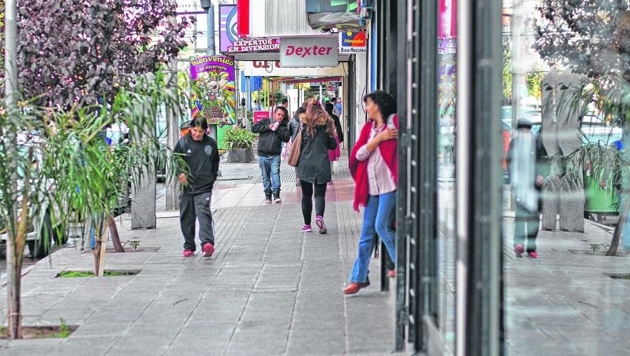 Las veredas del Bajo, la zona comercial más concurrida de la ciudad, comienza a mostrar por primera síntomas de crisis. Foto: Juan Thomes.