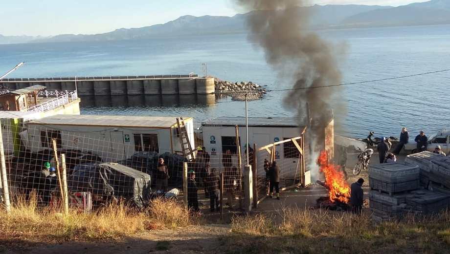 Los obreros realizan la quema de pallets y gomas en el obrador.