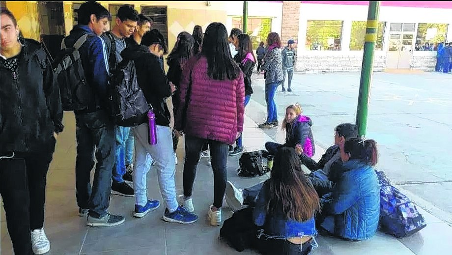 Con una sentada, los alumnos expresaron su malestar en el San Miguel.