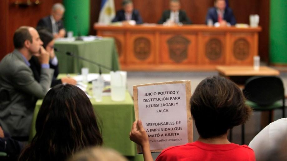 El cartel de los familiares de Atahualpa durante el segundo juicio. Foto: Marcelo Ochoa