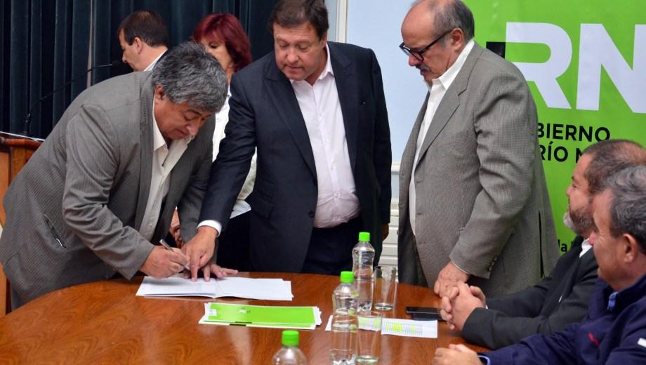 El gobernador Alberto Weretilneck encabezó el acto de la firma de los convenios en el Salón Gris. Foto: Marcelo Ochoa