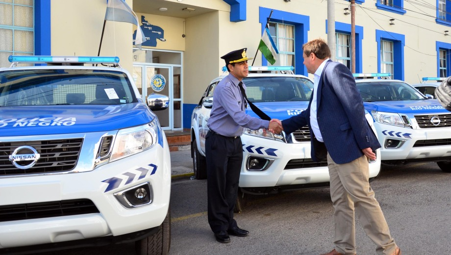 El gobernador Weretilneck encabezó la entraga de los 50 vehículos. Foto: Marcelo Ochoa.