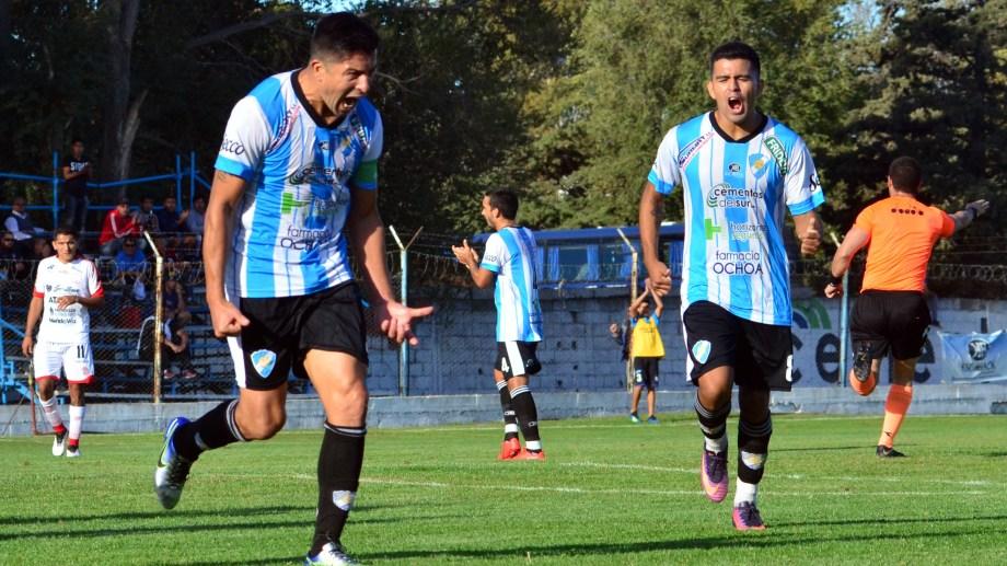 El festejo de Diego Galván, autor del único gol de la tarde en la capital rionegrina. Foto: Marcelo Ochoa.