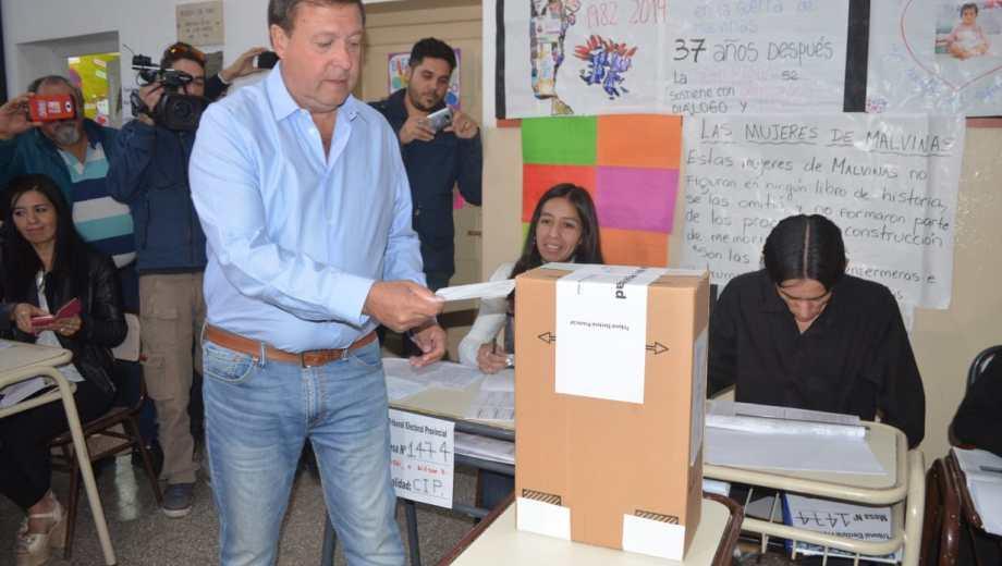 El gobernador Alberto Weretilneck votó en la escuela 165 en Cipolletti a las 9.30. Foto: gentileza