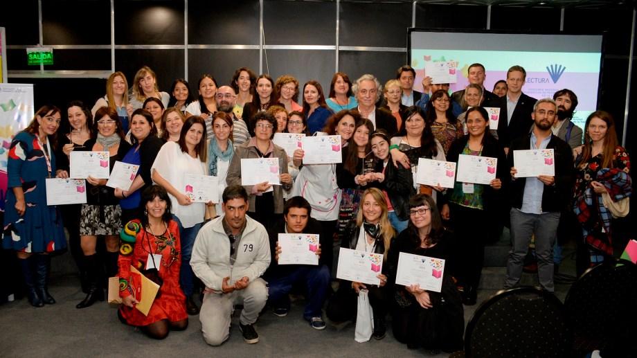 Todos los ganadores con sus respectivos diplomas, durante la Feria del Libro. (Foto: Vivalectura)