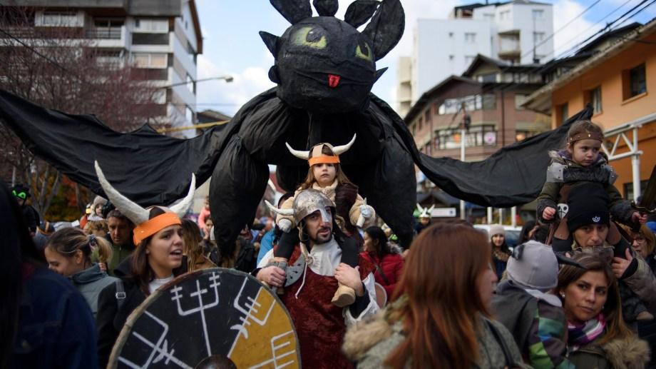 """El """"gato araña"""" sobrevoló el desfile de gigantes que concluyó en el Centro Cívico. Foto: Marcelo Martínez"""