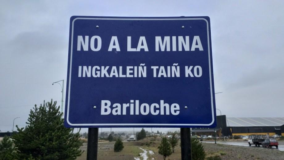 El cartel fue instalado en la rotonda de acceso Sur a Bariloche. (Gentileza)