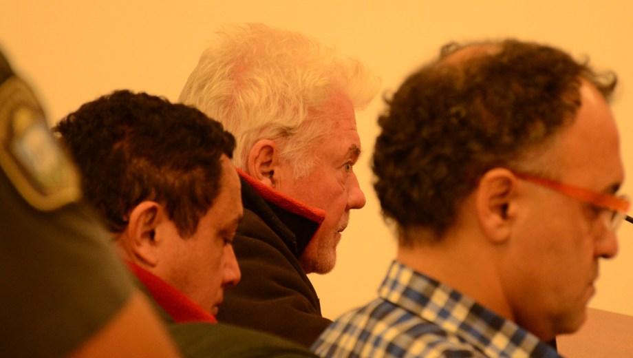 Acompañados por su abogado, esperan Daniel Raúl Esperón y el brasileño Antonio José Abreu Dos Santos, los dos imputados. (Foto: Mauro Pérez)