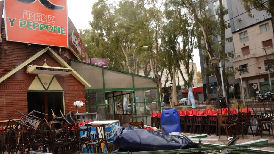 Se comenzó a desmantelar la estructura que funcionaba frente a la vivienda. Foto Mauro Pérez