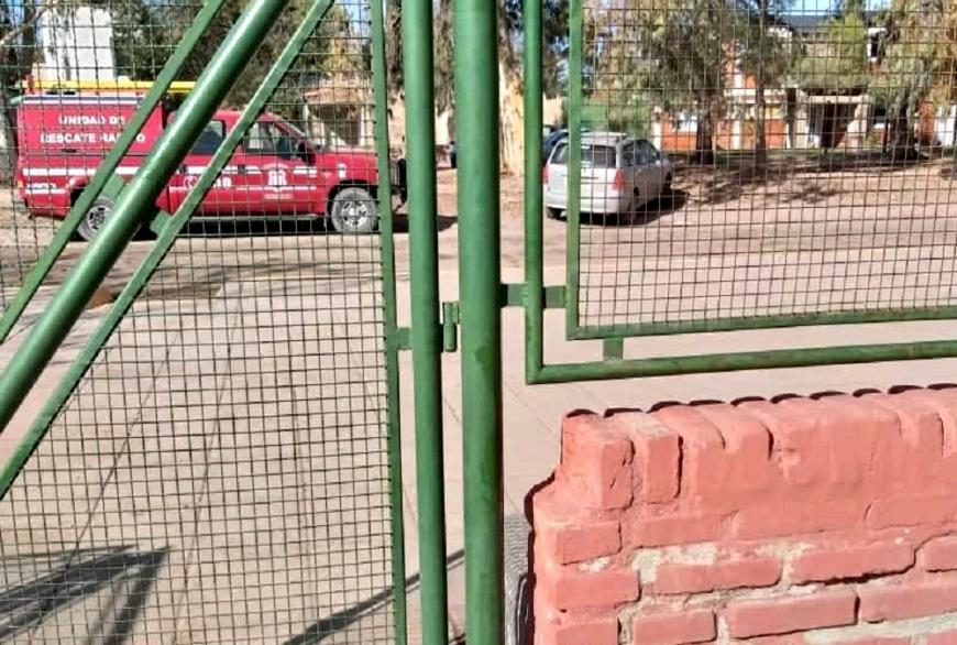 El niño quedó atrapado en uno de los portones de ingreso de la escuela de Centenario. (Gentileza Centenario Digital)