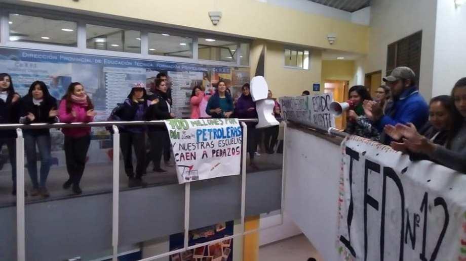 Estudiantes del IFD 12 protestaron esta mañana en el Consejo Provincial de Educación. (Gentileza).-
