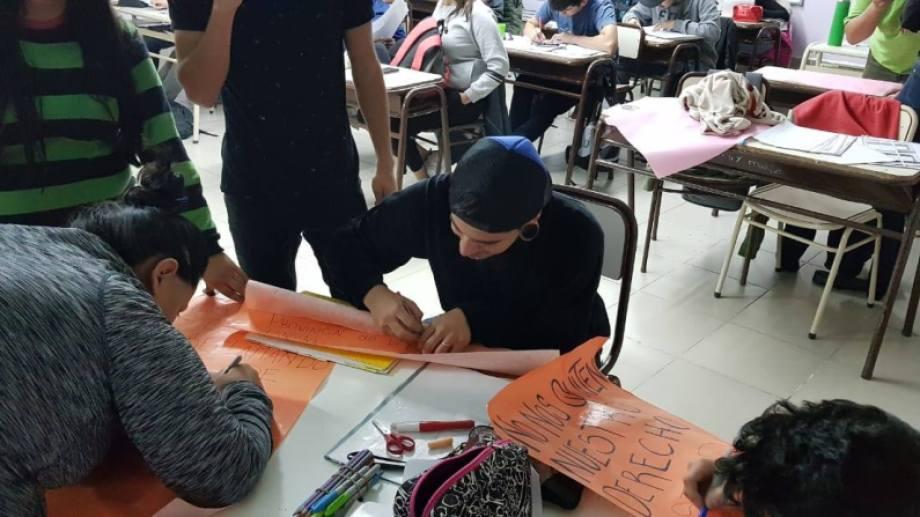Estudiantes del CPEM 9 realizaron una sentada reclamando transporte. (Gentileza).-