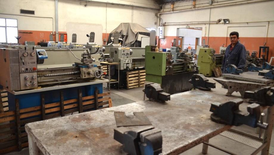 La escuela tiene un alto consumo de energía por las máquinas de sus talleres.