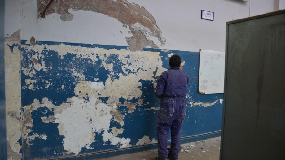 Gobierno y gremio coinciden en que hay trabajos en marcha, pero la demora en las escuelas genera conflicto. (Yamil Regules)